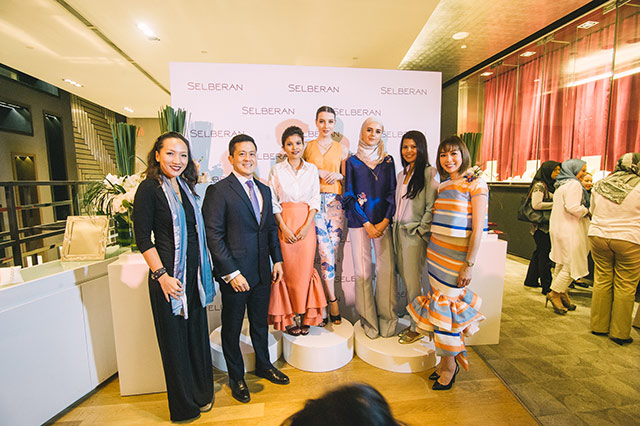 L-R: Kho Min-Jee, General Manager of dUCk Scarves, Yong Yoon Li, Executive Director of Royal Selangor International, Min Luna, models, Arene P. Khairudin, Head Designer of Innai Red and Joanne Leong